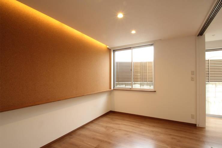 Salas de estilo moderno de 三浦喜世建築設計事務所 Moderno Corcho