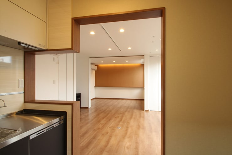 Salas de estilo moderno de 三浦喜世建築設計事務所 Moderno Madera Acabado en madera