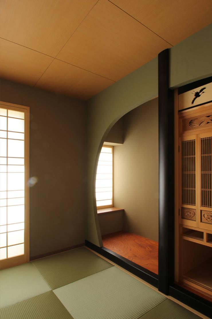 de 三浦喜世建築設計事務所 Asiático Madera Acabado en madera
