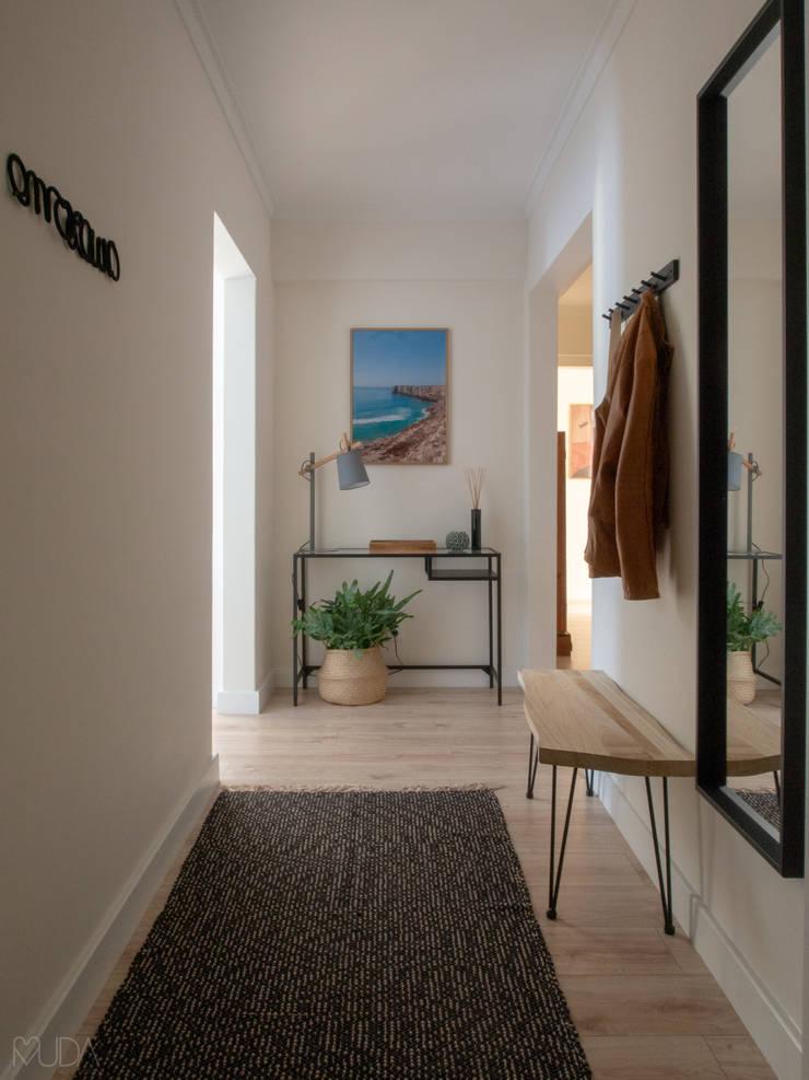 Hall   Depois: Corredores e halls de entrada  por MUDA Home Design,Escandinavo