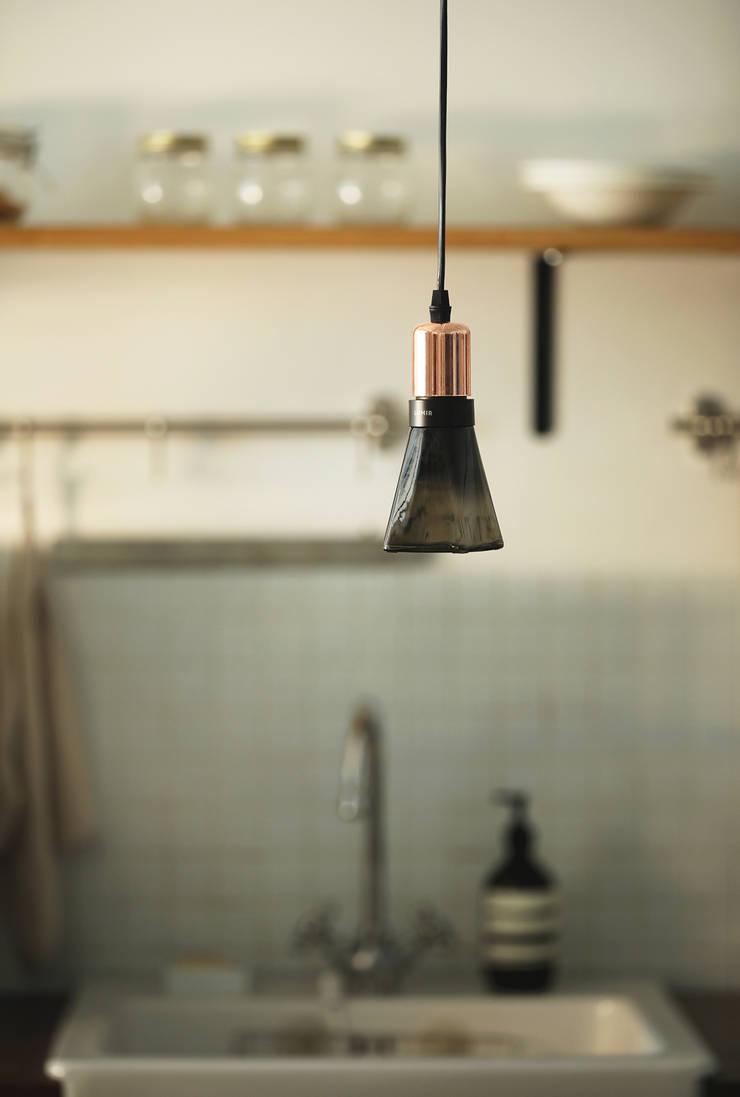 루미르B 디자인 LED 전구 : 주식회사 루미르의  작은 주방,모던