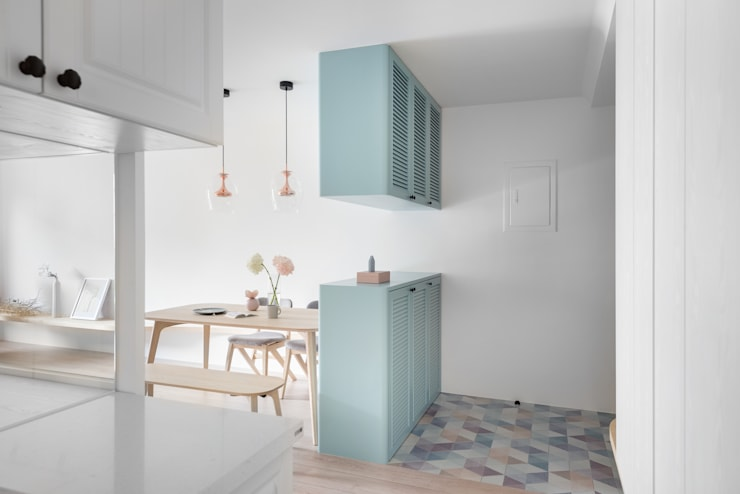 Pasillos, halls y escaleras escandinavos de 寓子設計 Escandinavo