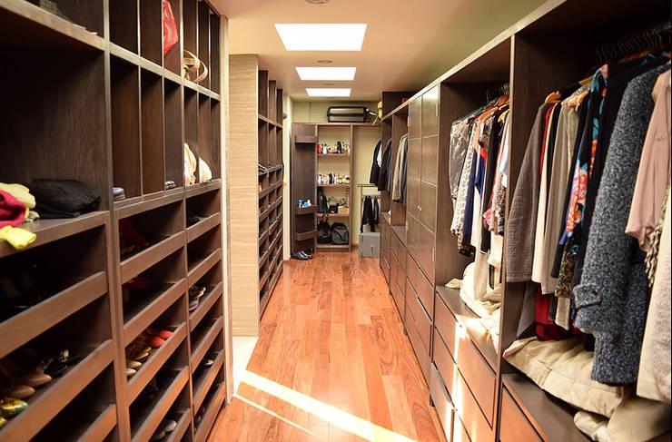 Modern Dressing Room by GIL+GIL Modern
