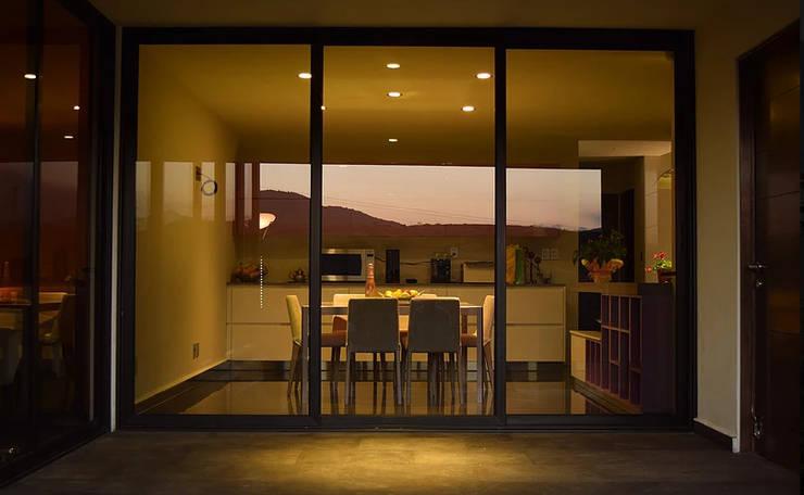 Minimalist dining room by GIL+GIL Minimalist