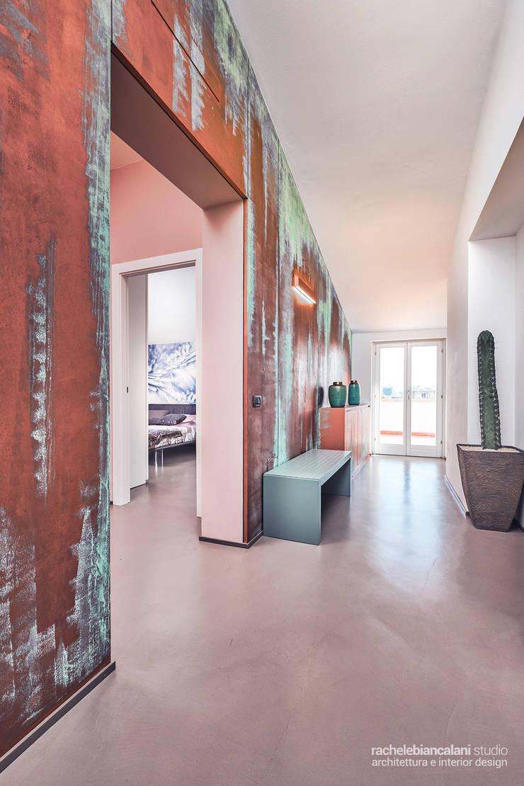 Couloir, entrée, escaliers minimalistes par Rachele Biancalani Studio Minimaliste