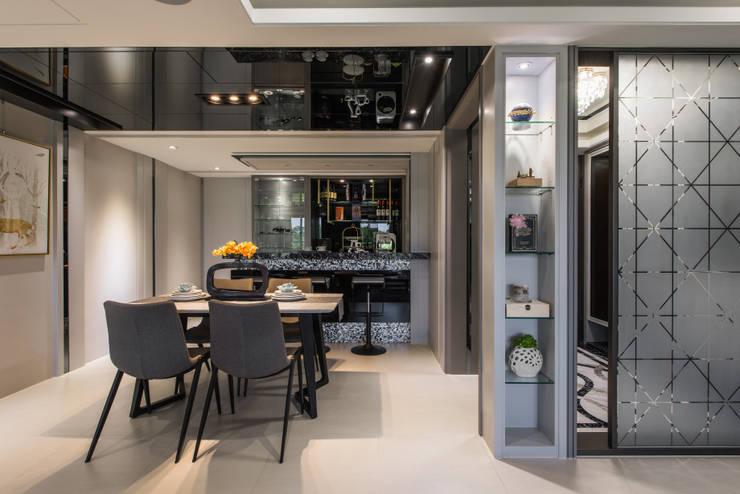 Dormitorios de estilo  por 你你空間設計, Moderno Compuestos de madera y plástico