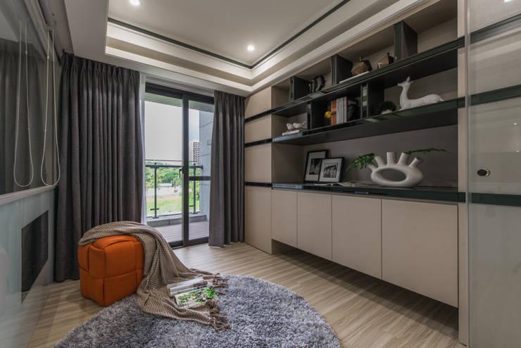 書房:  書房/辦公室 by 你你空間設計, 現代風 塑木複合材料