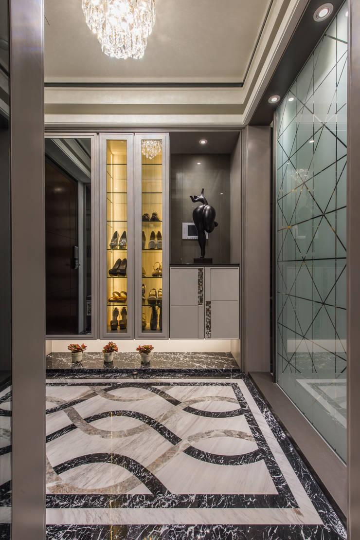 Pasillos y hall de entrada de estilo  por 你你空間設計, Moderno Mármol