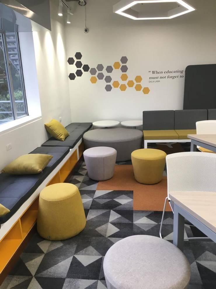 Diseño y adecuación de espacios para la Universidad Javeriana:  de estilo industrial por Moss arquitectura y mobiliario SAS, Industrial Madera Acabado en madera