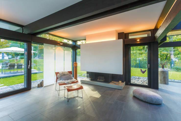 Phòng khách theo HUF HAUS GmbH u. Co. KG, Hiện đại