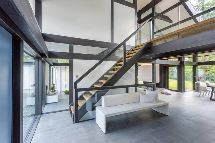 Cầu thang theo HUF HAUS GmbH u. Co. KG, Hiện đại