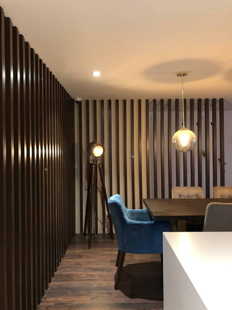 Listones de madera en el comedor: Comedores de estilo  por entrearquitectosestudio, Moderno Madera Acabado en madera