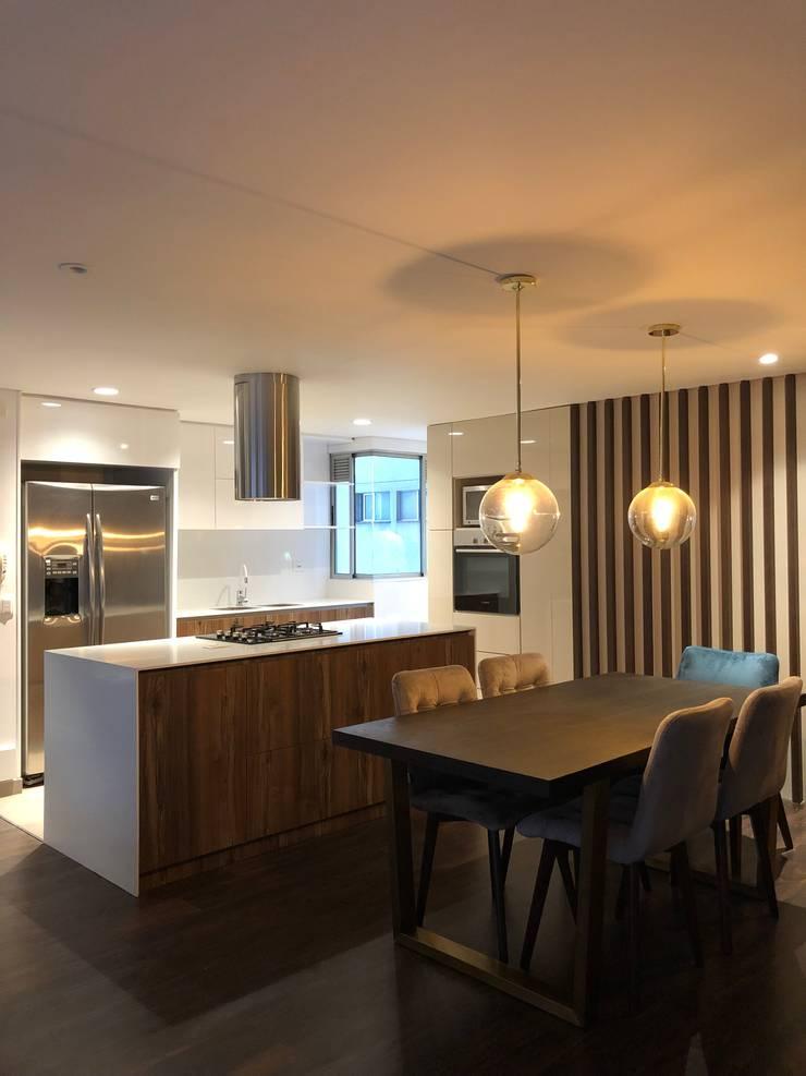 Comedor y Cocina abierta: Cocinas integrales de estilo  por entrearquitectosestudio, Moderno Madera Acabado en madera