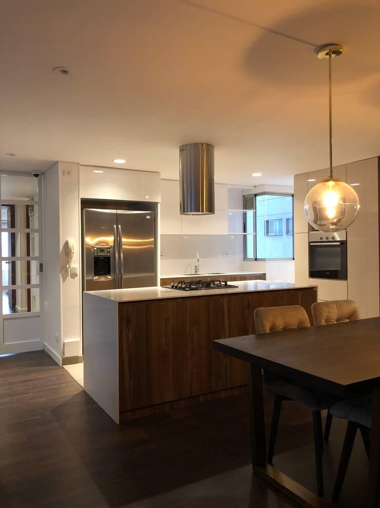 Cocina tipo isla: Cocinas integrales de estilo  por entrearquitectosestudio, Moderno Madera Acabado en madera