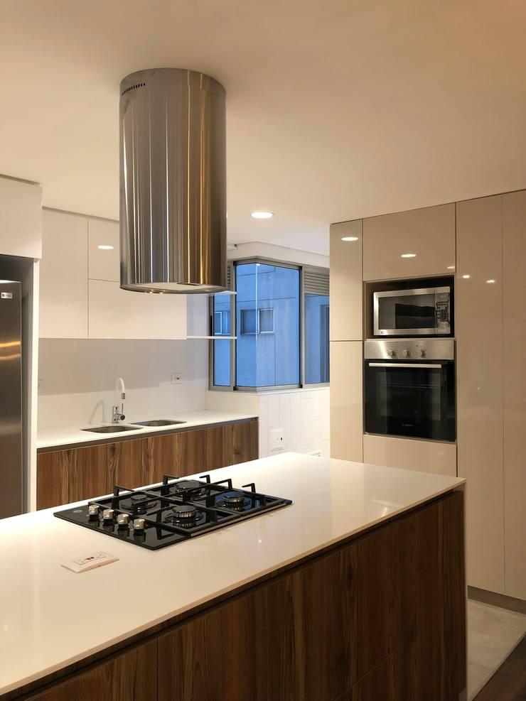 Cocina abierta: Cocinas integrales de estilo  por entrearquitectosestudio, Moderno Aglomerado