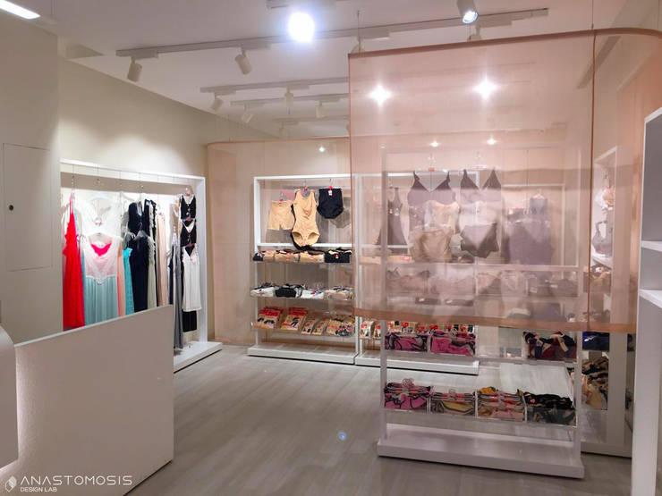 داخل المحل Store Interior:  محلات تجارية تنفيذ Anastomosis Design Lab, تبسيطي