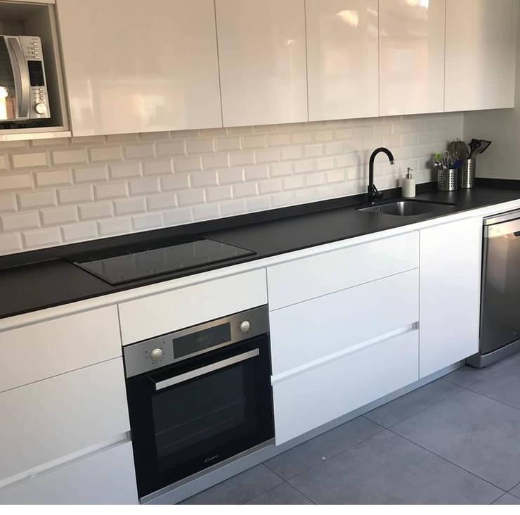 Remodelamos tu Cocina, Baños, Terrazas e Interiorismo y también construímos tu piscina.: Cocinas equipadas de estilo  por Comercial Ébano Spa, Moderno Mármol