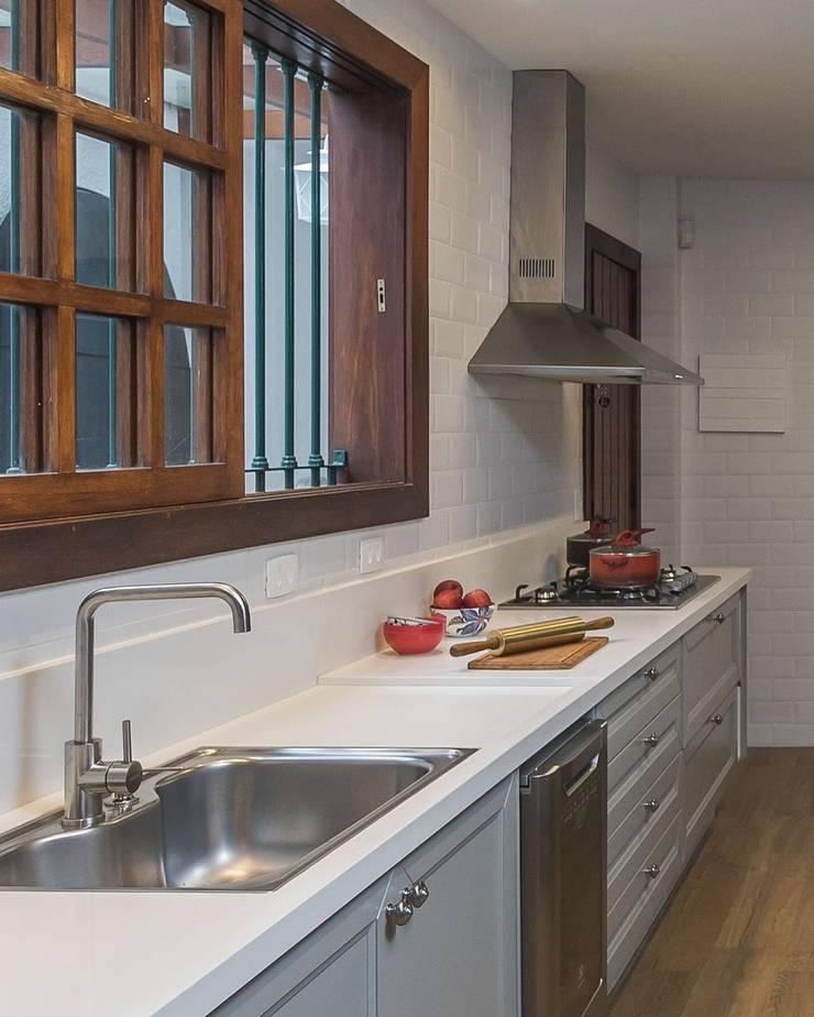 Remodelamos tu Cocina, Baños, Terrazas e Interiorismo y también construímos tu piscina.: Cocinas equipadas de estilo  por Comercial Ébano Spa, Moderno