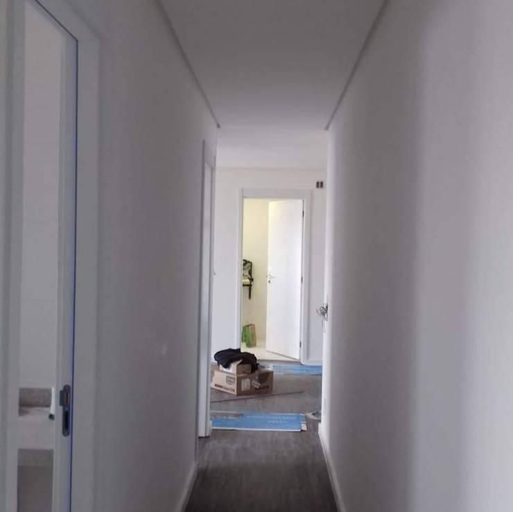 Remodelamos tu Cocina, Baños, Terrazas e Interiorismo y también construímos tu piscina.: Pasillos y hall de entrada de estilo  por Comercial Ébano Spa, Moderno