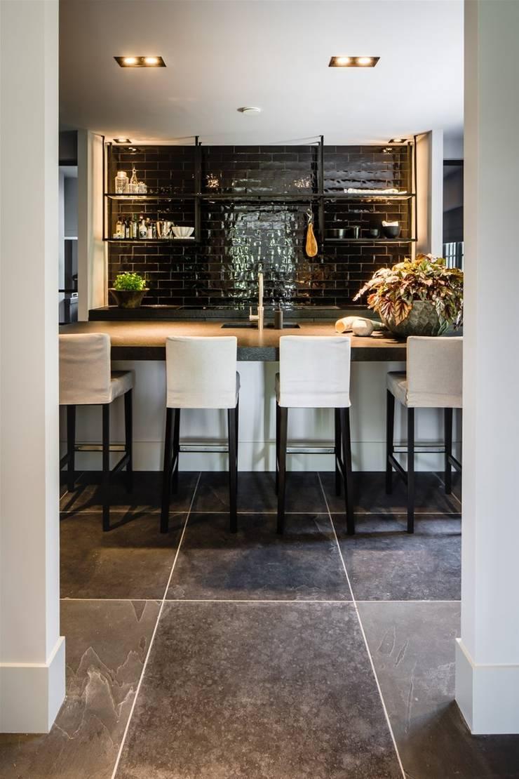 bosvilla  //  Blaricum:  Keuken door Studio FLORIS, Landelijk
