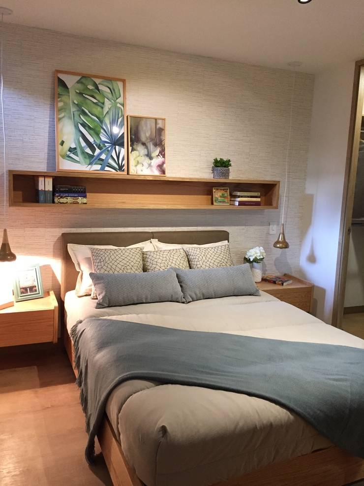 Habitación principal con módulo en madera y papel de colgadura:  de estilo  por DOSIMEDIO SAS, Moderno