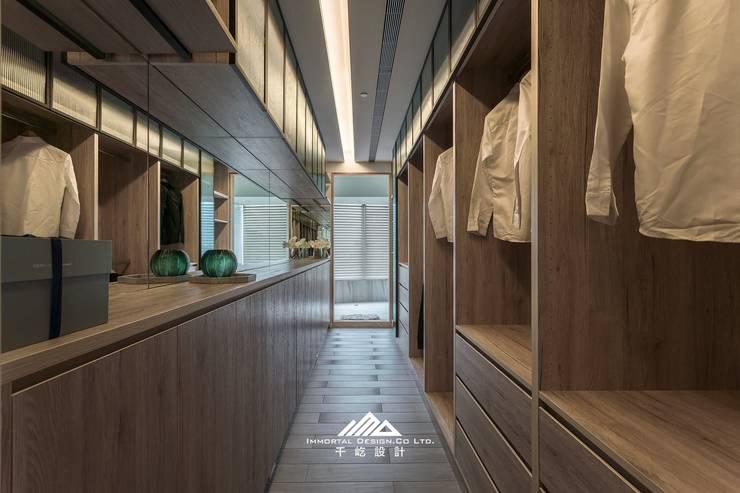 ISQ X 千屹設計最新合作案例-台北市內湖區:  更衣室 by ISQ 質の木系統家具, 簡約風