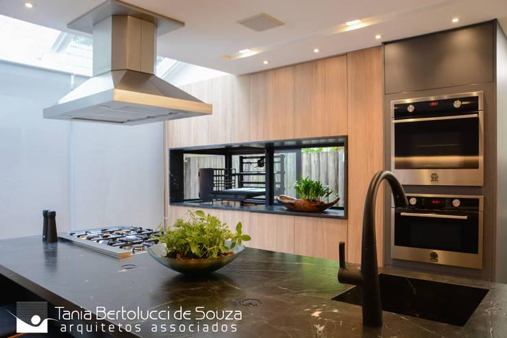 Residência Ildefonso Simões Lopes – 2019: Cozinhas  por Tania Bertolucci  de Souza  |  Arquitetos Associados,Moderno