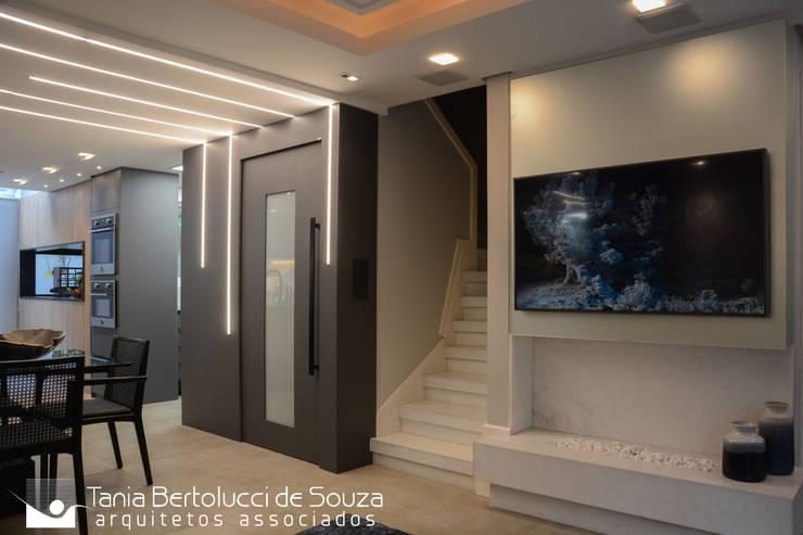 Residência Ildefonso Simões Lopes – 2019: Salas de estar  por Tania Bertolucci  de Souza  |  Arquitetos Associados,Moderno