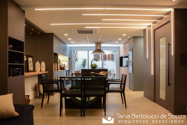 Residência Ildefonso Simões Lopes – 2019: Salas de jantar  por Tania Bertolucci  de Souza  |  Arquitetos Associados,Moderno
