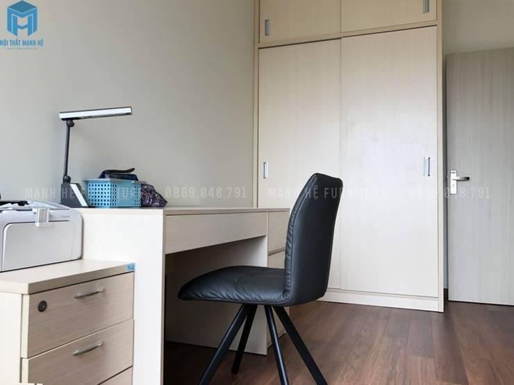 Tủ quần áo đụng trần cửa lùa:  Phòng ngủ nhỏ by Công ty TNHH Nội Thất Mạnh Hệ, Hiện đại Gỗ thiết kế Transparent