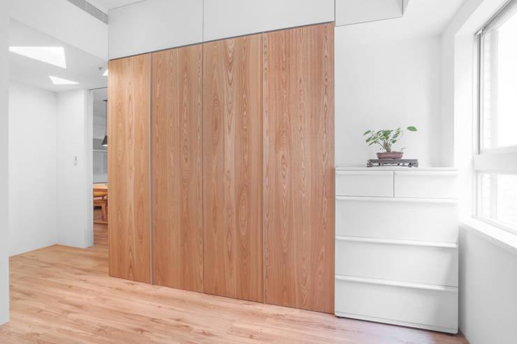 【我的家裡空無一物 編號003】:  更衣室 by 衍相室內裝修設計有限公司, 簡約風