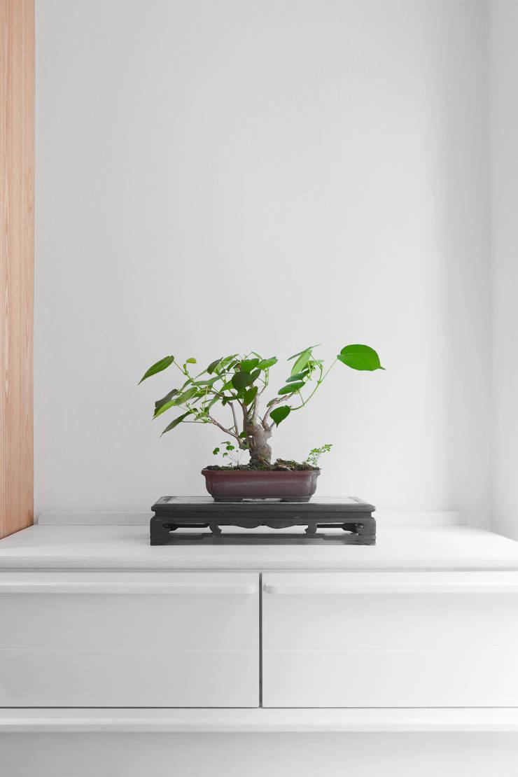 【我的家裡空無一物 編號003】:  走廊 & 玄關 by 衍相室內裝修設計有限公司, 簡約風