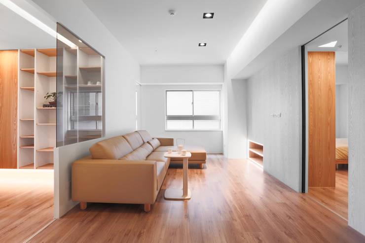 【我的家裡空無一物 編號003】:  客廳 by 衍相室內裝修設計有限公司, 簡約風