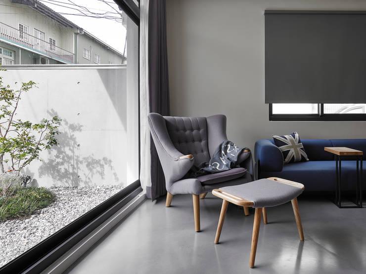 【我的家裡空無一物 編號004】:  客廳 by 衍相室內裝修設計有限公司, 北歐風