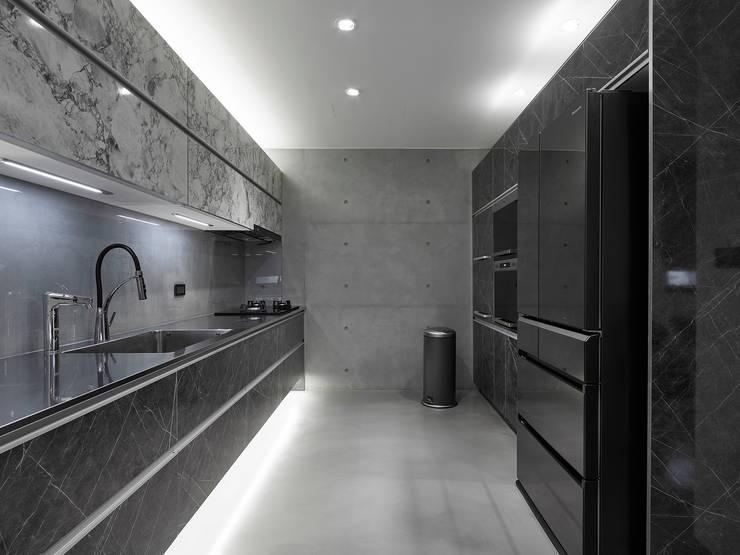 【我的家裡空無一物 編號004】:  廚房 by 衍相室內裝修設計有限公司, 北歐風