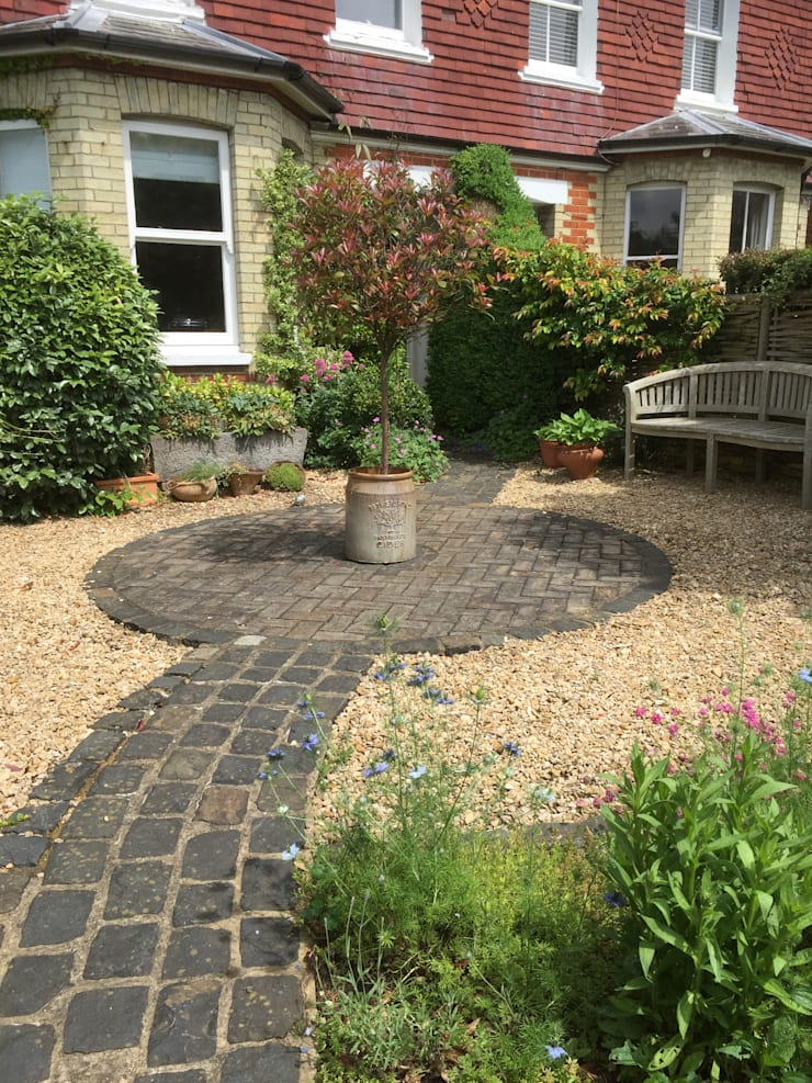 Front Garden Guildford, UK:  Front yard by 1 to one garden design, Eclectic