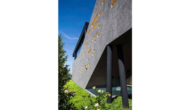 Fachada lateral: Casas de estilo  por Speziale Linares arquitectos,Moderno