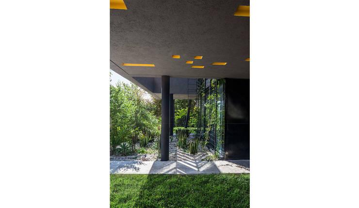 Semicubierto de acceso: Jardines de estilo  por Speziale Linares arquitectos,Moderno