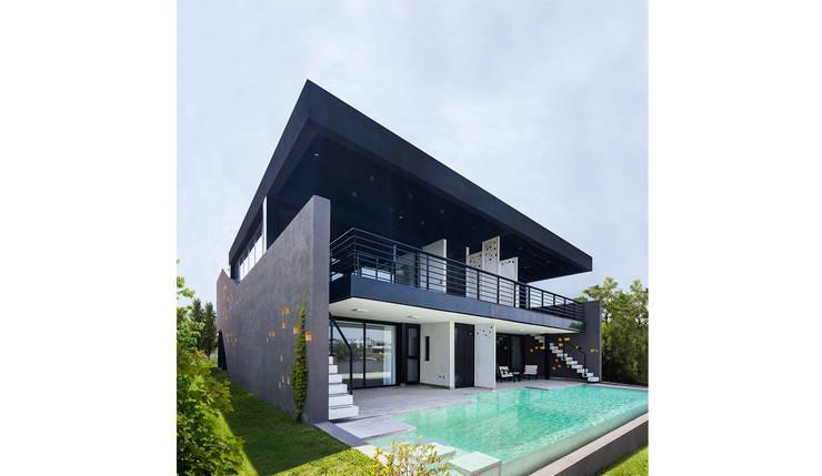 Fachada contrafrente galería y pileta: Casas de estilo  por Speziale Linares arquitectos,Moderno