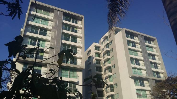 Fachada principal: Conjunto residencial de estilo  por Oleb Arquitectura & Interiorismo, Moderno