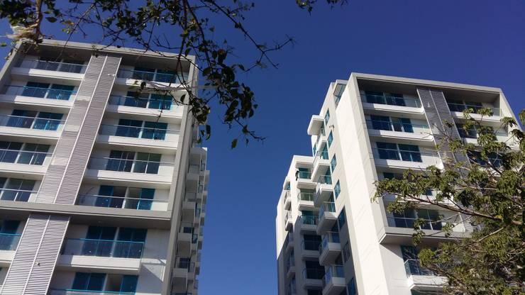 Vista desde el parque boulevard: Conjunto residencial de estilo  por Oleb Arquitectura & Interiorismo, Moderno