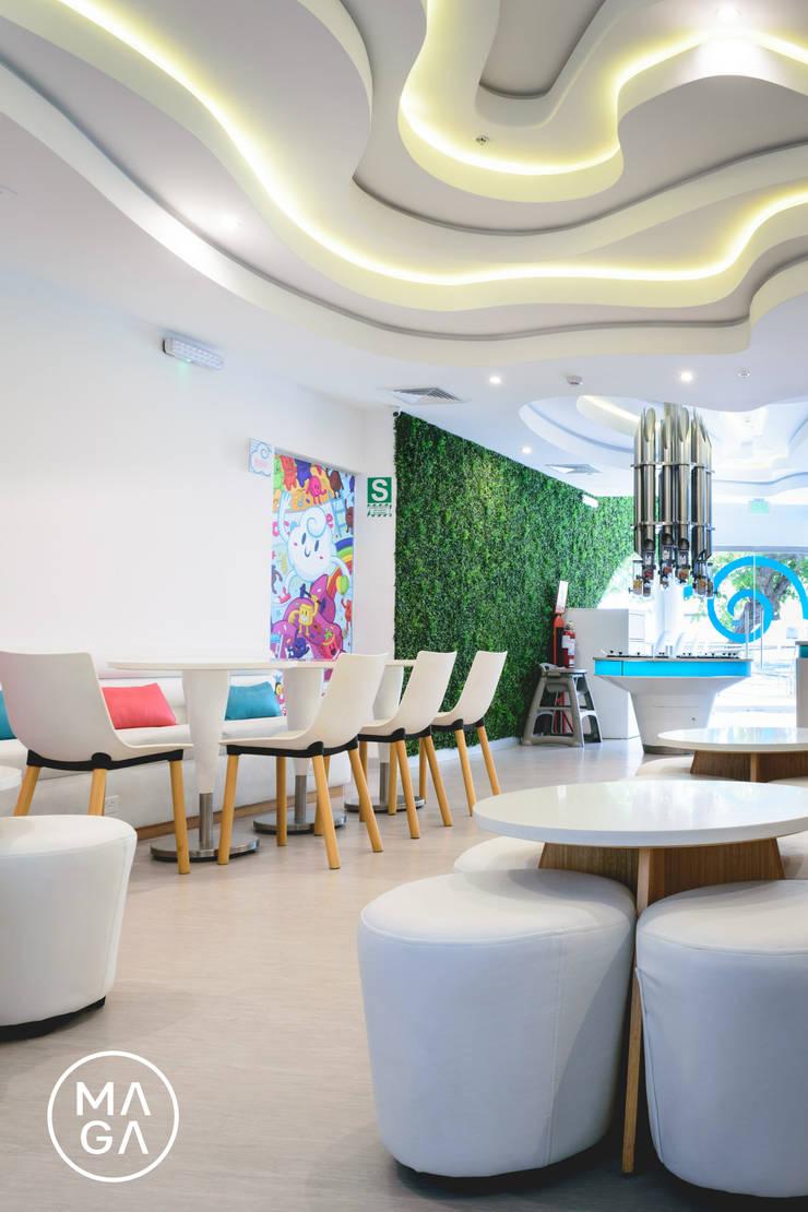Heladería Coconube: Salas de entretenimiento de estilo  por MaGa Delgado, Moderno