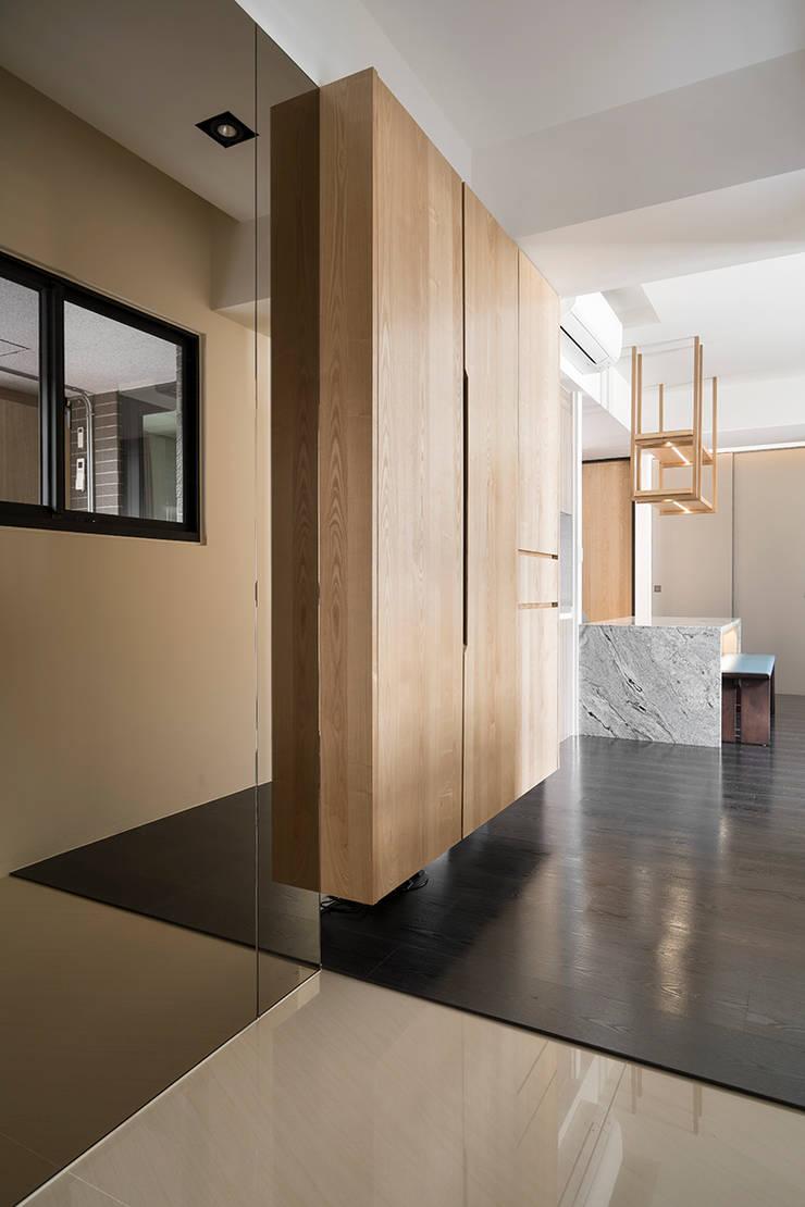 【我的家裡空無一物 編號005】:  走廊 & 玄關 by 衍相室內裝修設計有限公司, 北歐風