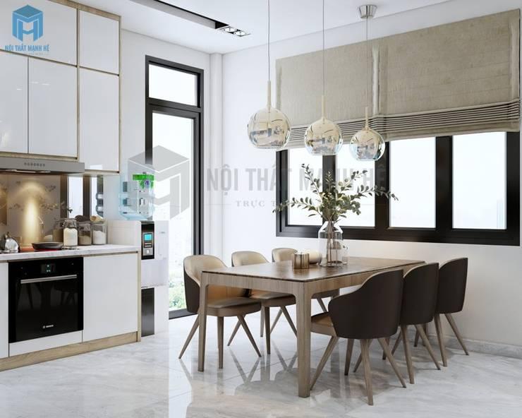 Bộ 6 ghế Minotti kết hợp với bàn ăn gỗ mặt kiếng hình chữ nhật kiểu dáng đơn giản, hiện đại. Đèn trang trí độc đáo ngay khu vực bàn ăn làm cho góc này trở nên nổi bật bất kể ngày hay đêm.:  Phòng ăn by Công ty TNHH Nội Thất Mạnh Hệ, Hiện đại Cao su