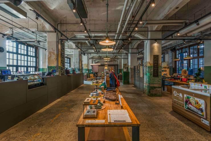 販售區:  商業空間 by 亚卡默设计 Akuma Design , 工業風 塑木複合材料