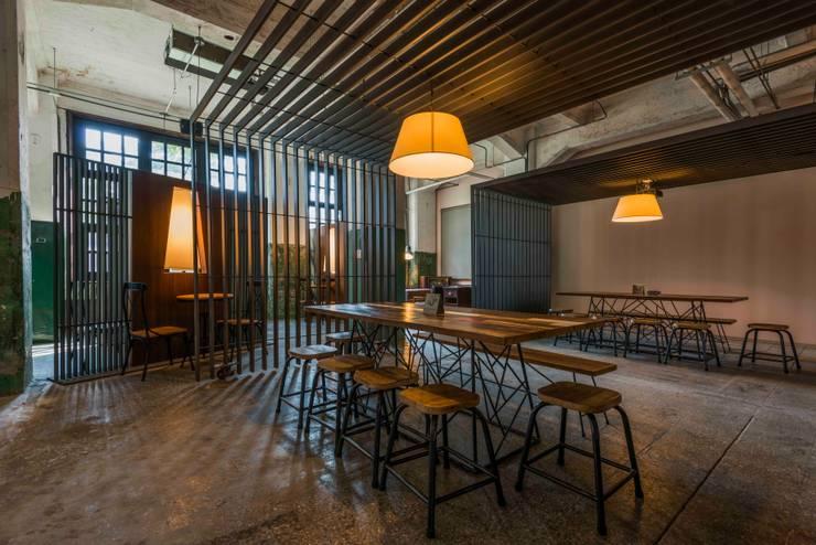 休息區:  商業空間 by 亚卡默设计 Akuma Design , 現代風 金屬