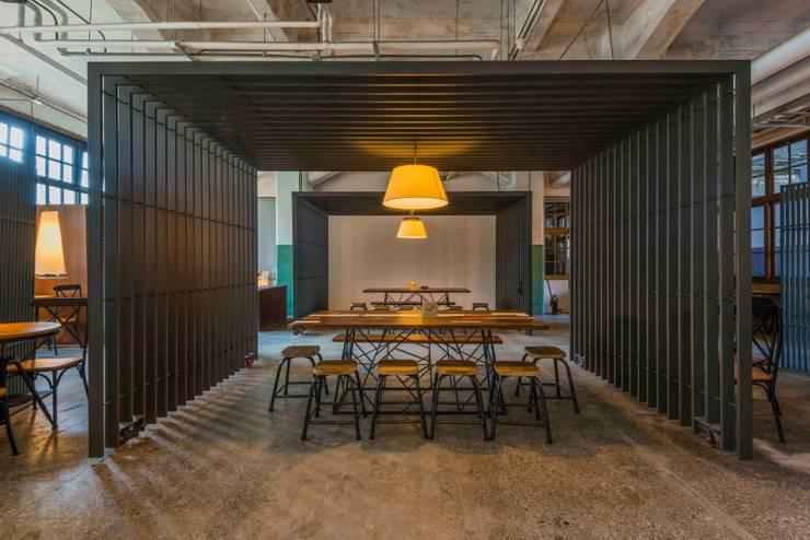 溫暖多人餐飲區:  商業空間 by 亚卡默设计 Akuma Design , 工業風 強化水泥