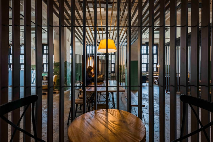 穿透感飲食區:  餐廳 by 亚卡默设计 Akuma Design , 工業風 金屬