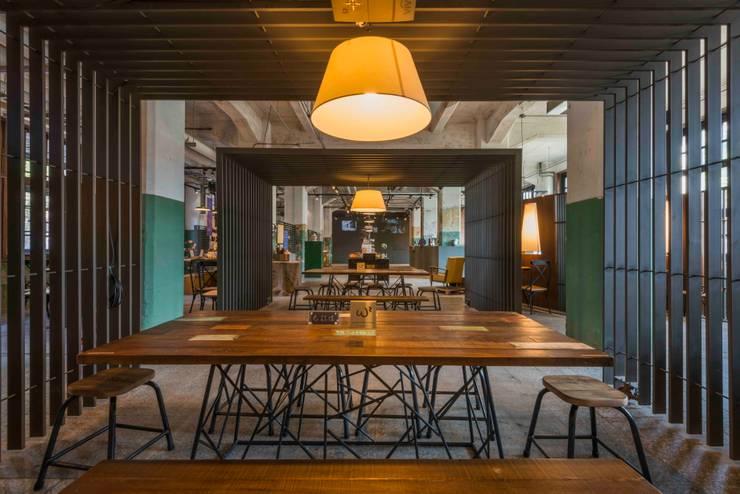 餐飲區:  餐廳 by 亚卡默设计 Akuma Design , 工業風 金屬