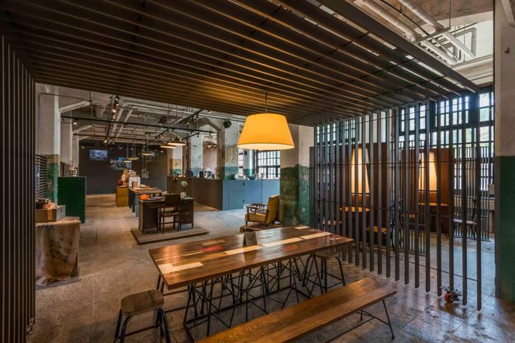 飲食區與展售區:  餐廳 by 亚卡默设计 Akuma Design , 工業風 金屬